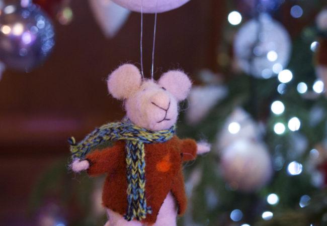 mouse-on-christmas-tree